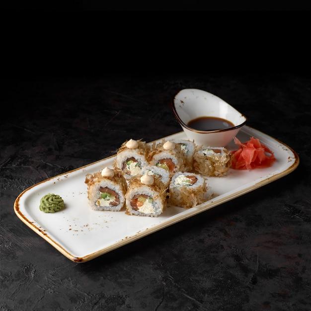 Sushi bonito mit lachs, käse und thunfisch-chips. traditionelle japanische sushi-rollen.