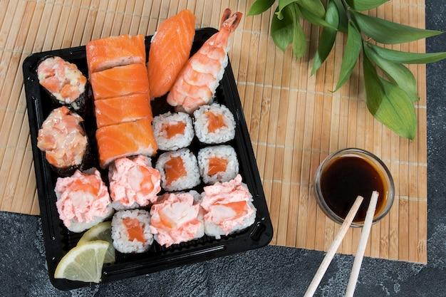 Sushi-box mit maki, gunkan, nigiri-sushi