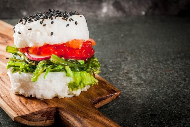Sushi-burger, sandwich mit lachs, hayashi wakame, daikon, ingwer, roter kaviar