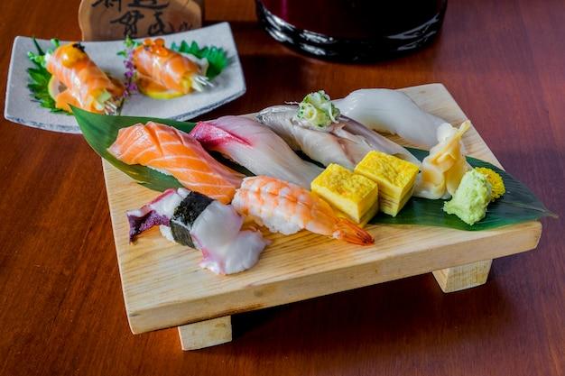Sushi des rohen fisches stellten japanisches lebensmittel ein