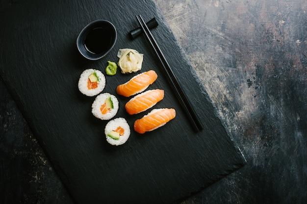 Sushi diente auf platte auf dunkler tabelle