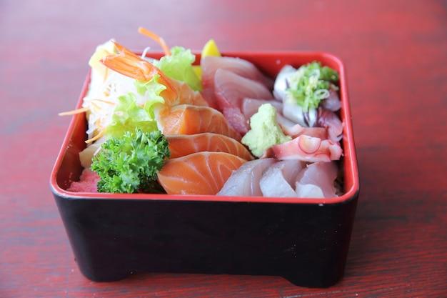 Sushi don , roher lachs thunfisch oktopus auf reis