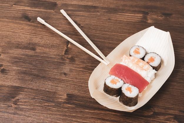 Sushi, ein typisch japanisches essen, zubereitet aus reis und verschiedenen rohen fischen.