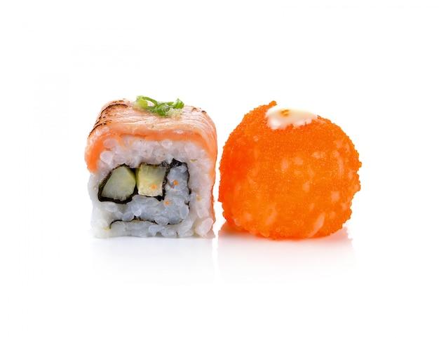 Sushi getrennt auf weißem hintergrund