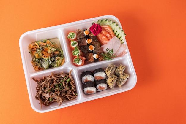 Sushi im styroporbehälter auf dem tisch