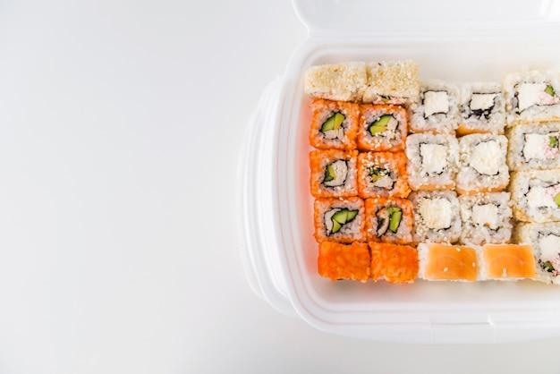 Sushi in der stoßschüssel mit kopieraum