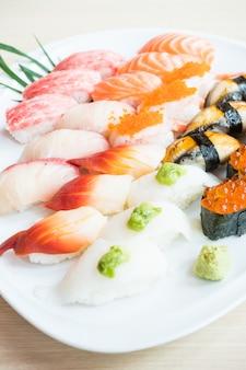 Sushi in der weißen platte