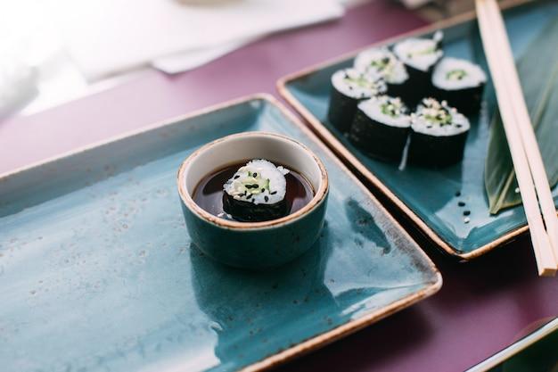 Sushi in keramikgerichten sushi mit reiskäse und fisch