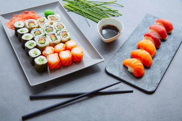 Sushi maki und niguiri sojasauce und wasabi