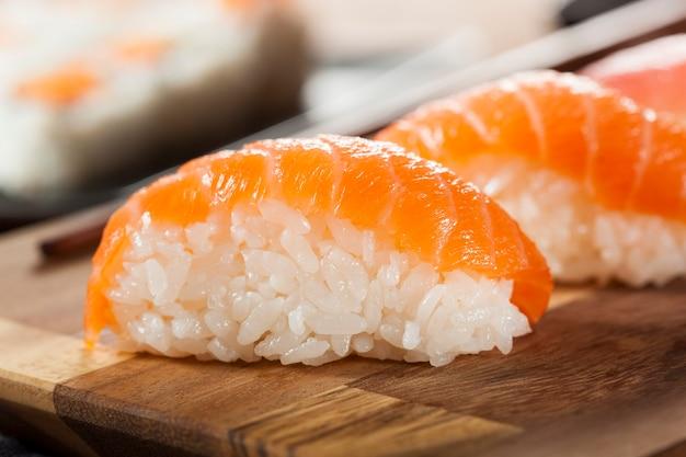 Sushi mit garnelen auf einem teller