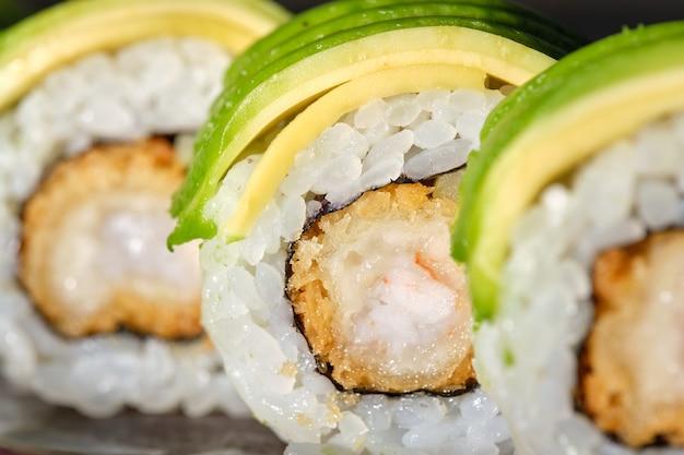 Sushi mit gebratener garnelen-gurken-avocado und teriyaki-sauce