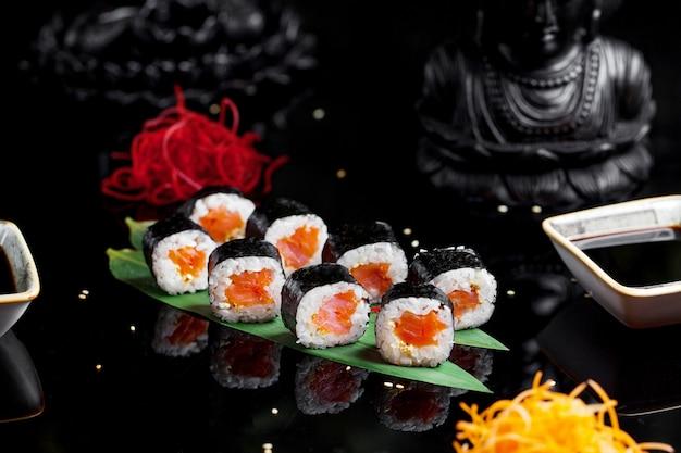 Sushi mit gekochtem reis und lachs