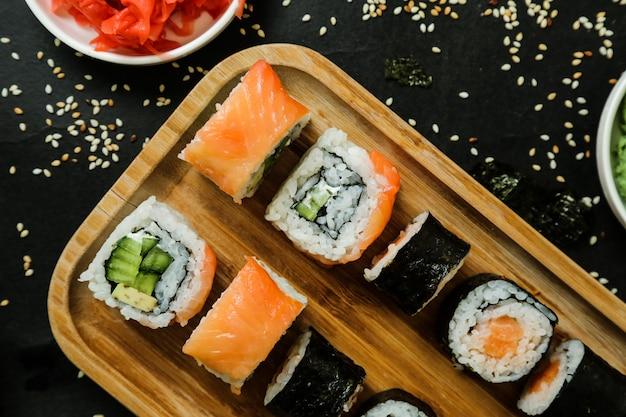 Sushi mit gurke, ingwer, wasabi, sojasauce und sesam