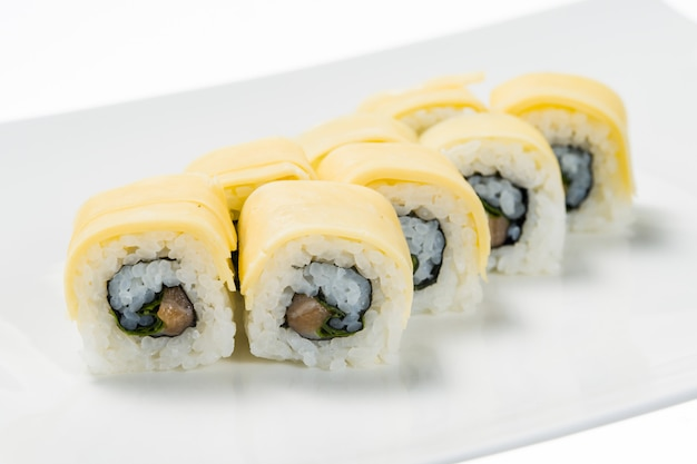 Sushi mit käse auf teller auf weiß