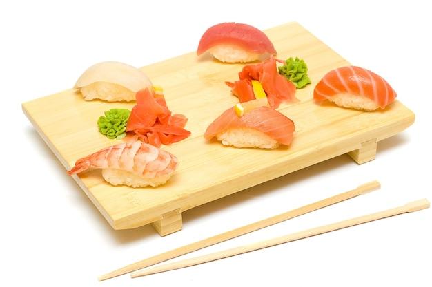 Sushi mit lachs, thunfisch und garnelen isoliert - gourmet restaurant essen