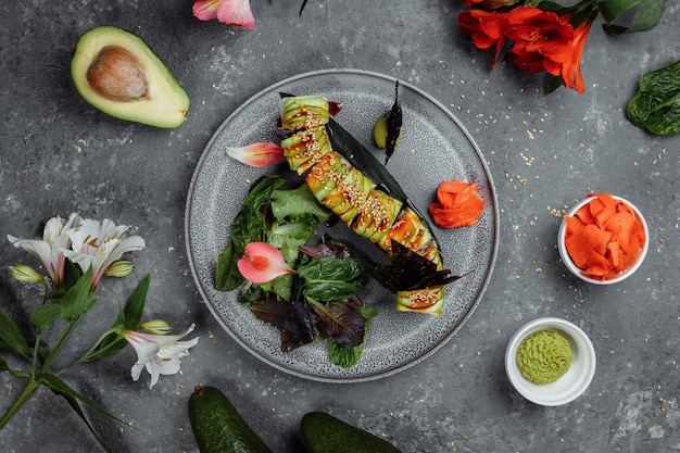 Sushi mit lachs und käse