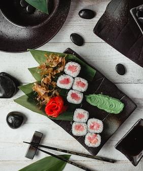 Sushi mit lachs und reis