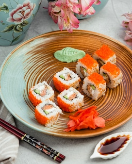 Sushi mit orange kaviar ingwer und wasabi