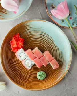 Sushi mit reis ingwer und wasabi