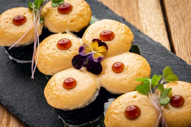 Sushi mit sesam, nahaufnahme