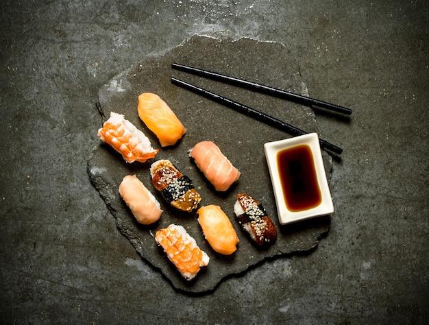Sushi mit sojasauce. auf dem steintisch.