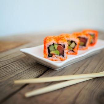 Sushi mit stäbchen