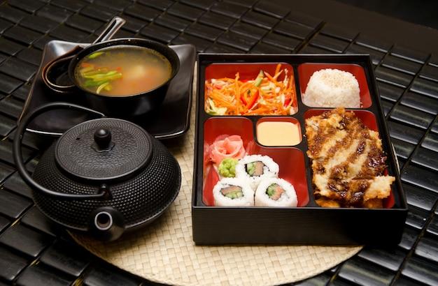 Sushi-mittagessen mit suppensalat tee und sauce