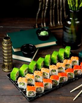 Sushi-mix mit lachskrabbenstäbchen