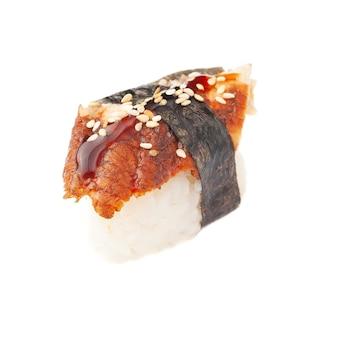Sushi-nigiri mit aal. auf weißem hintergrund. isoliert. nahansicht.