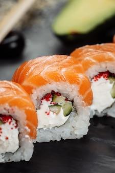 Sushi philadelphia auf einem stein dekorativen teller