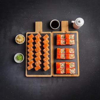 Sushi philadelphia rolls und california rolls food foto für das menü. combo auf dunkel eingestellt