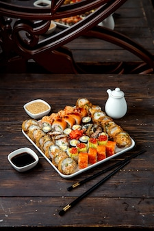 Sushi-platte mit verschiedenen füllungen