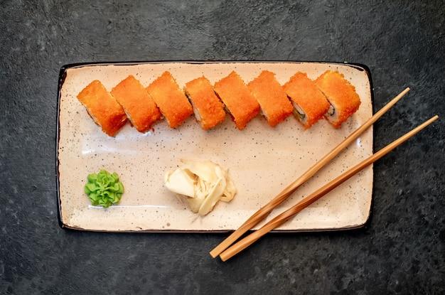 Sushi roll kalifornien auf einem steinhintergrund