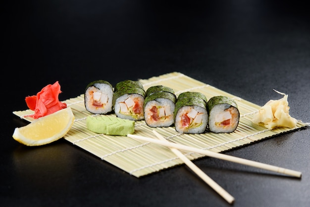 Sushi roll meeresfrüchte. sushi-lieferung aus dem restaurant. frisches leckeres japanisches sushi mit avocado, gurke, garnele und kaviar