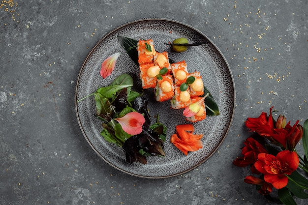 Sushi roll mit lachs thunfisch avocado royal prawn frischkäse philadelphia kaviar tobica chuka. sushi-menü. japanisches essen.