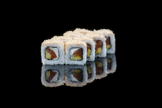 Sushi-rolle auf einer schwarzen wandreflexion. japanisches essen. nahansicht.