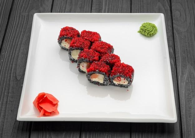 Sushi-rolle aus frischem lachs-, avocado- und frischkäse mit schwarzem reis