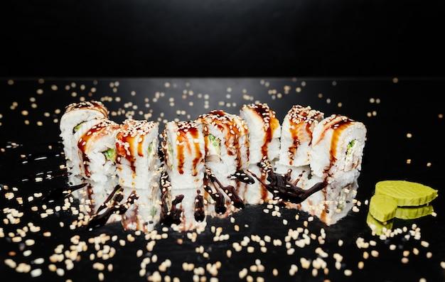 Sushi-rolle golddrachen aus nori, marinierter reis, käse, gurke