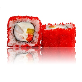 Sushi-rolle isoliert mit reflexion.