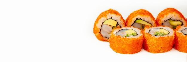 Sushi-rolle kalifornien-rolle auf einem weißen hintergrund