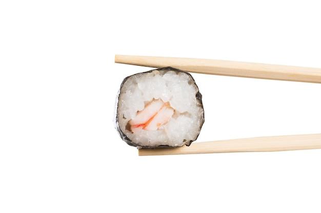 Sushi-rolle mit essstäbchen lokalisiert auf weiß