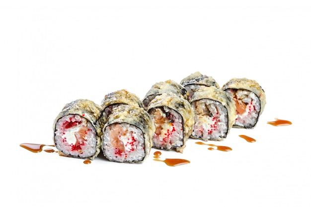 Sushi-rolle mit frischen zutaten
