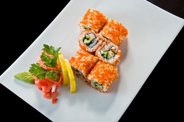 Sushi-rolle mit lachs-garnelen-tempura.