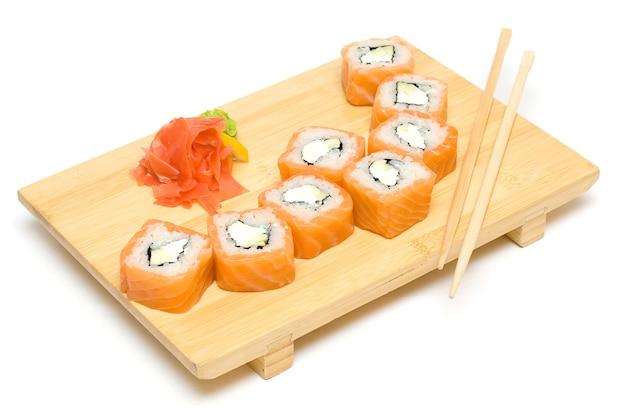 Sushi-rolle mit lachs isoliert auf weiß