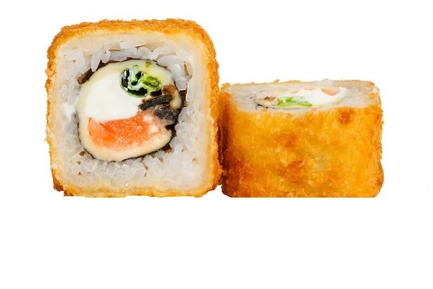 Sushi-rolle mit lachs- und garnelen-tempura