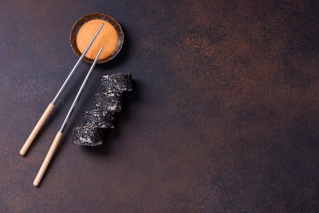 Sushi-rolle mit lachs und schwarzem sesam