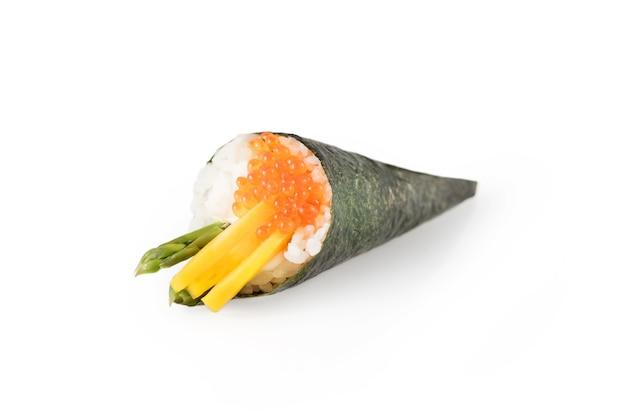 Sushi-rolle mit nori-algen auf weißem hintergrund