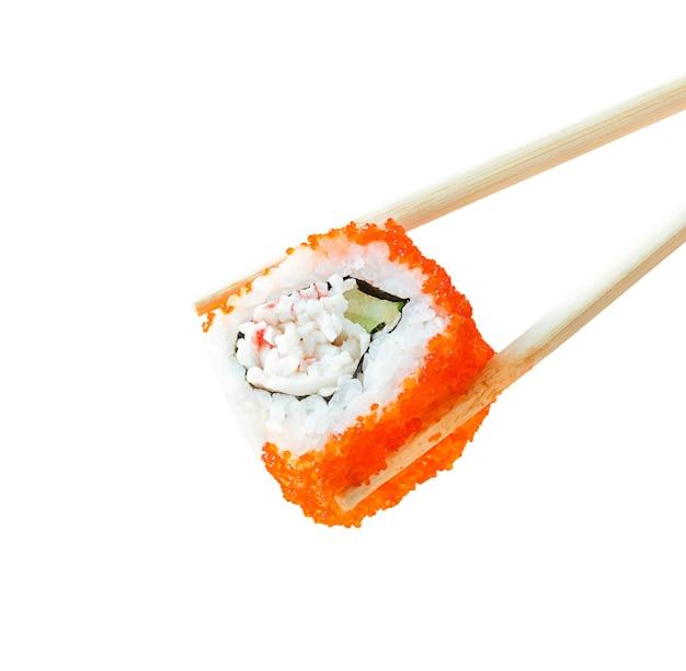 Sushi-rolle mit stäbchen isoliert.
