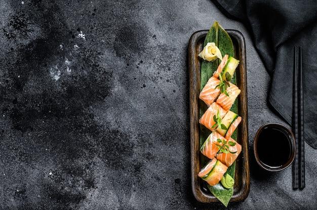 Sushi-rolle philadelphia mit lachs, avocado, frischkäse. sushi-menü. japanisches essen. draufsicht. speicherplatz kopieren