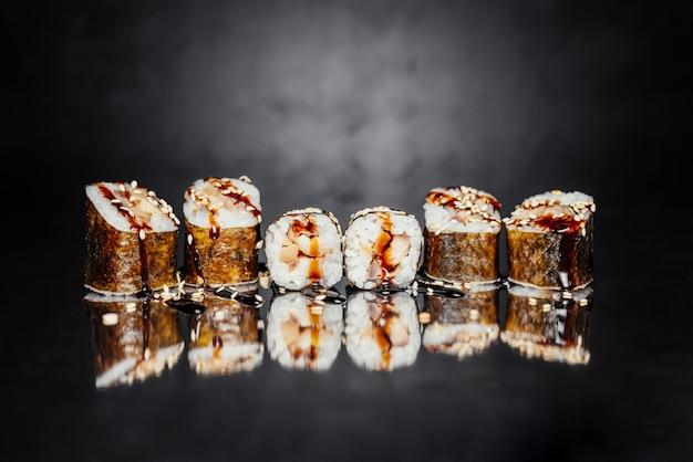 Sushi-rolle uguri aus nori, eingelegter reis, aal / barsch unagi, unagi sauce